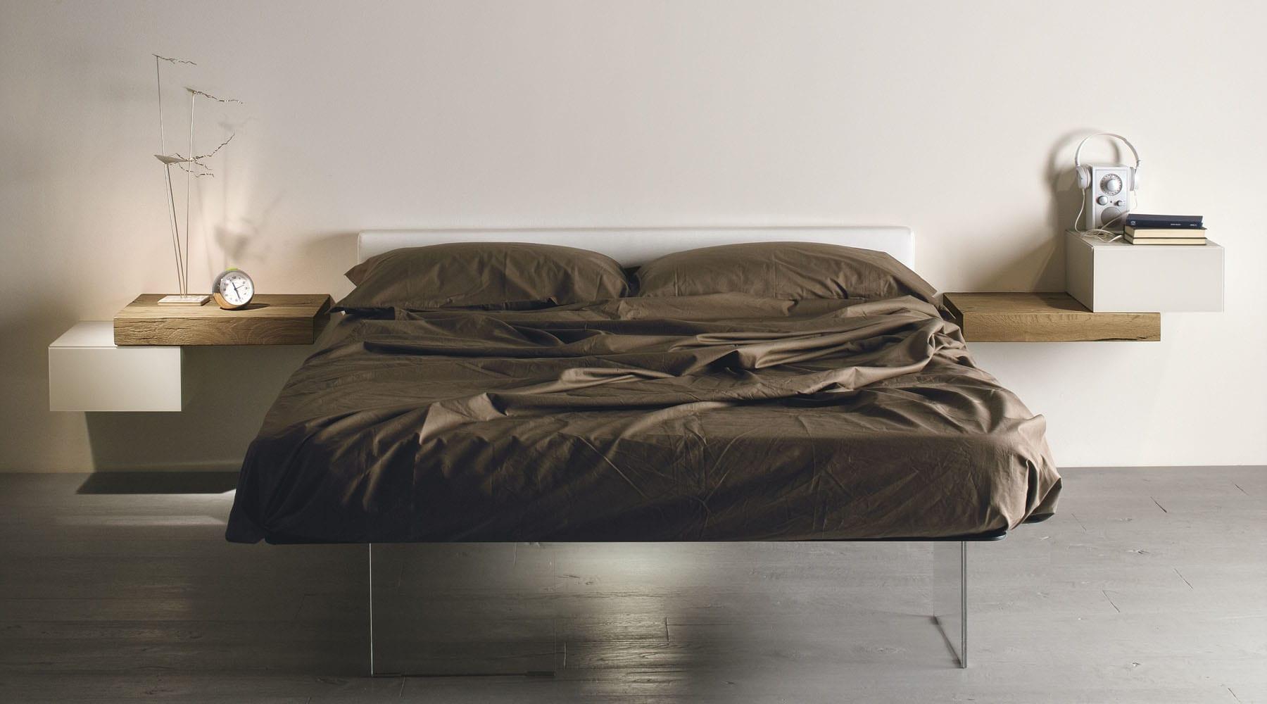 moderne Schlafzimmer Gestaltung mit wandregalen aus Holz als moderne Nachttische