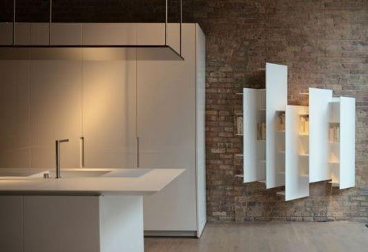 coole wandgestaltung mit weißen Hochregalen als Einrichtungsidee für Küchen
