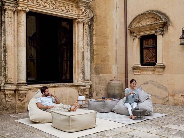 Bodenkissen in hellgrau und beige für moderne raumgestaltung und coole terrasseneinrichtung