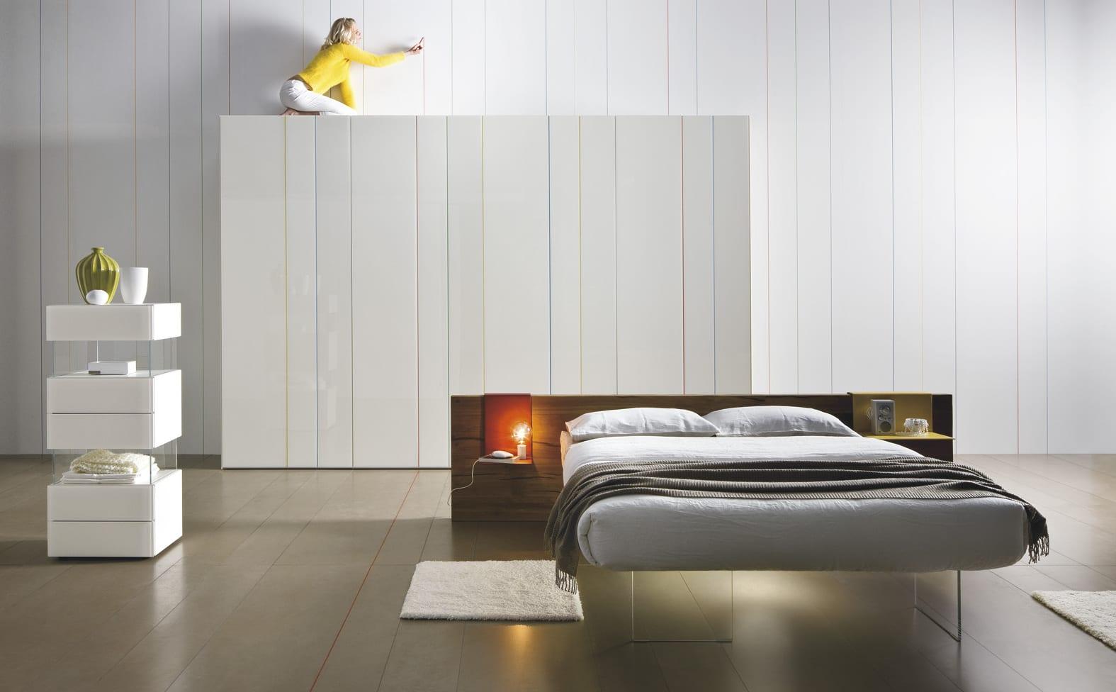moderne schlafzimmer idee mit Holzbett und weißen Tapeten mit Streifenmuster für moderne Wandgestaltung