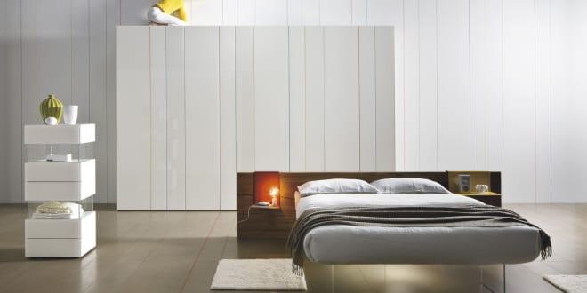 Minimalistische schlafzimmer einrichtungsideen mit modernem kleiderschrank wei und bett mit - Minimalistische einrichtungsideen ...