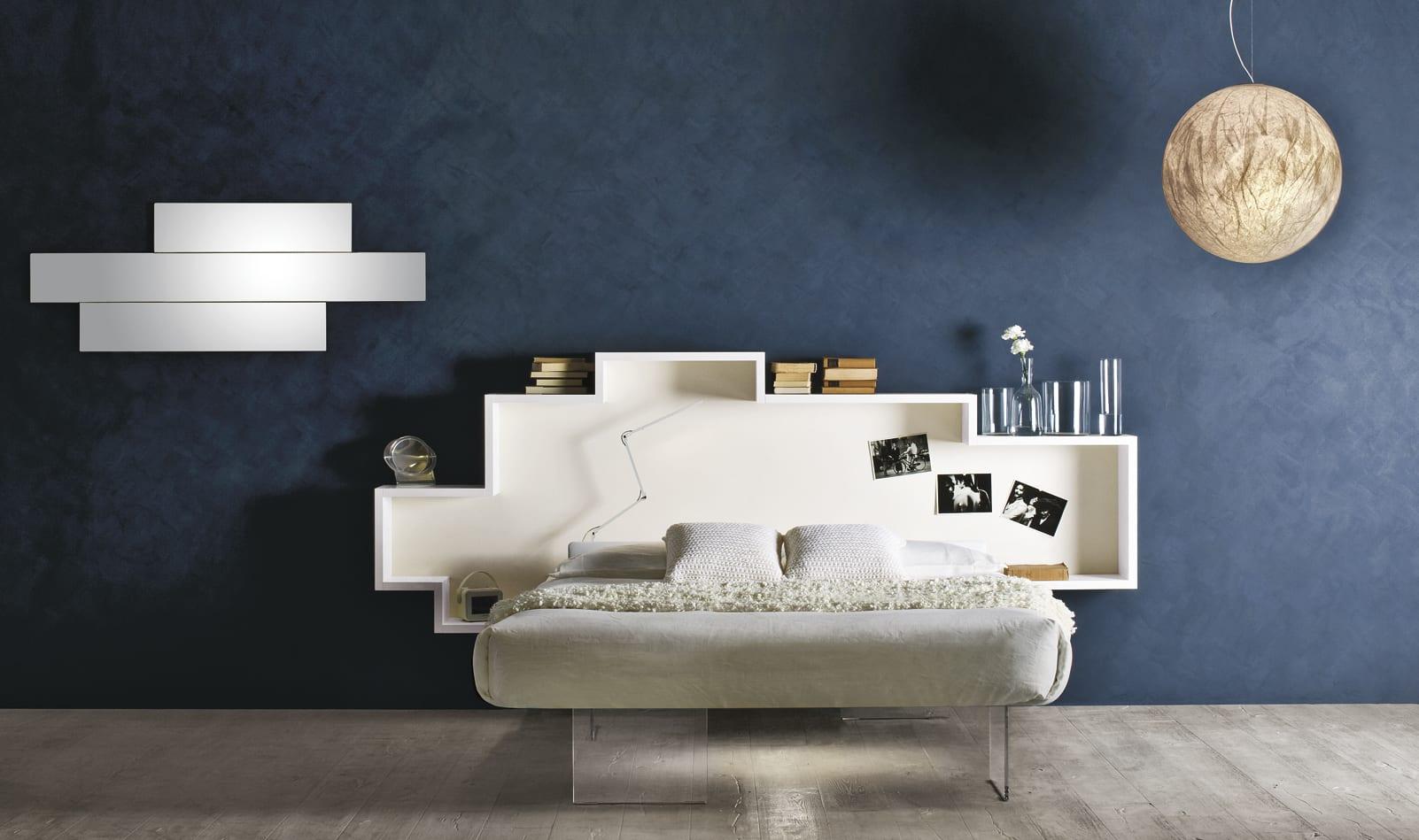 schlafzimmer gestaltung in blau und weiß mit kugel-pendellampe und weißen regalen