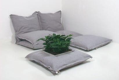 graue bodenkissen und luftmatratze mit integriertem blumenkasten