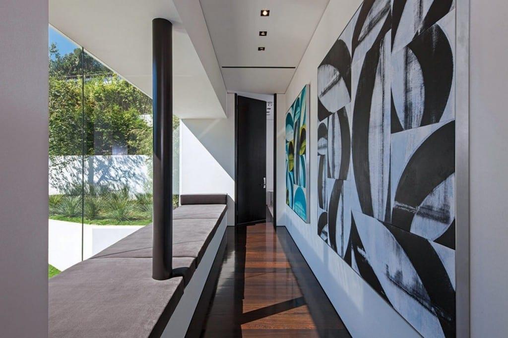 kreatives interieur design und raumgestaltung mit sitzbank vor der Glasfassade