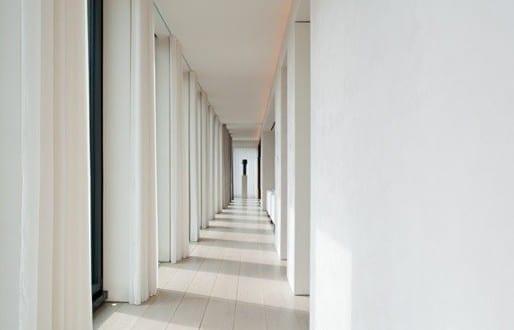 Moderne flurgestaltung mit wei en gardinen in ian schrager 39 s nyc appartment von john pawson - Moderne flurgestaltung ...
