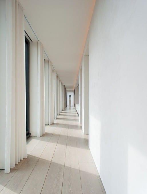 heller holzbodenbelag und weiße Gardinen als coole wohnidee und dekoration im flur in weiß