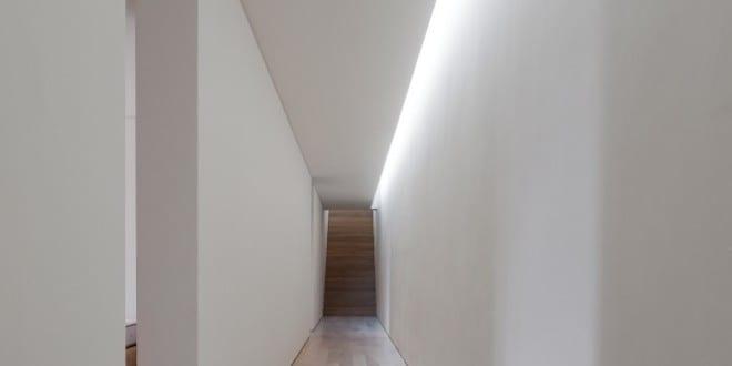 moderne flurgestaltung und flurbeleuchtung in haus in. Black Bedroom Furniture Sets. Home Design Ideas
