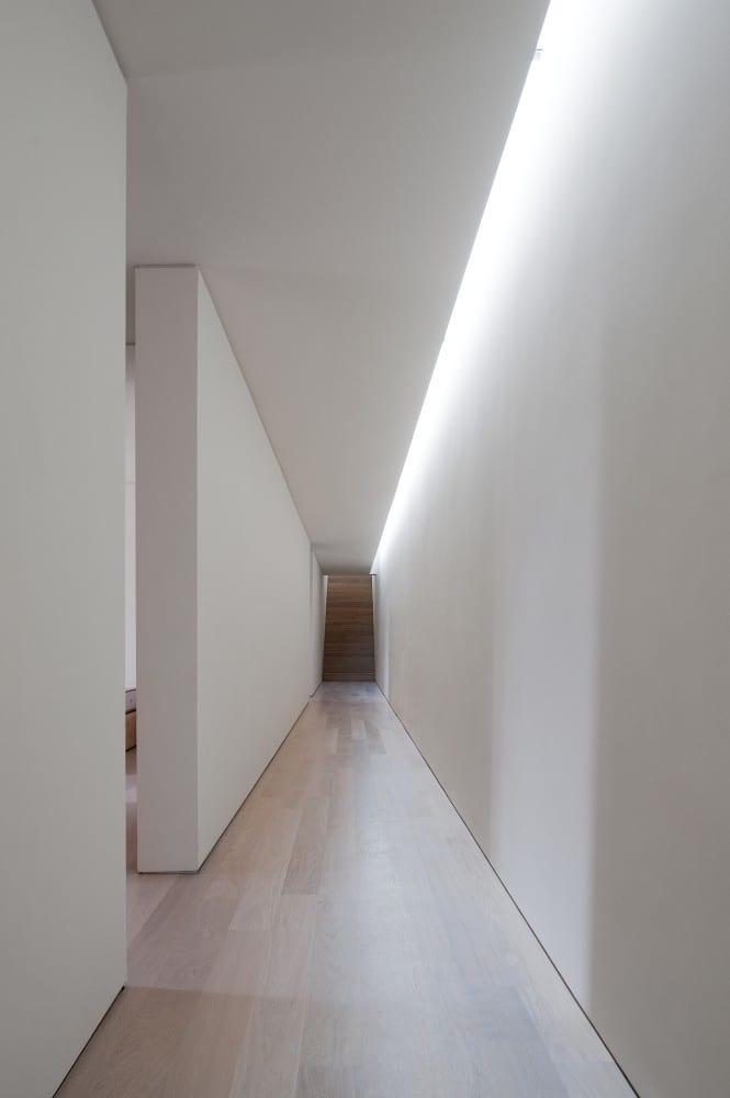 Minimalistisch Wohnen_unterirdischer Flur Mit Wandfarbe Weiß Und  Oberlichter Aus Dachglasband