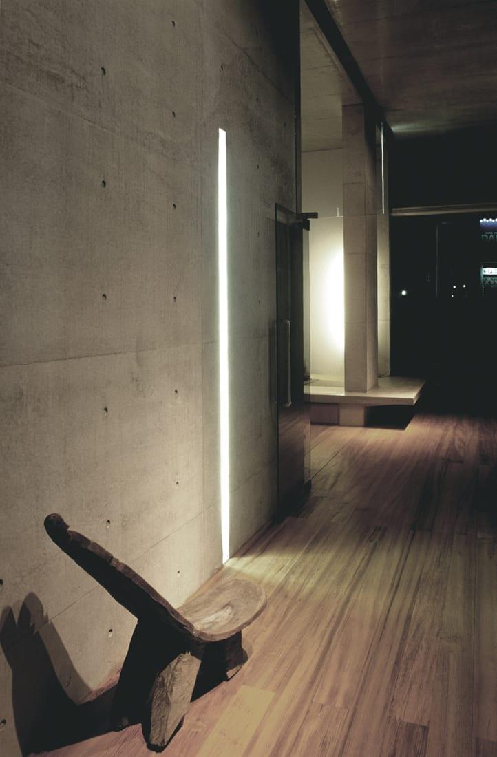 kreative wandbeleuchtung mit eingebauten leuchtleisten