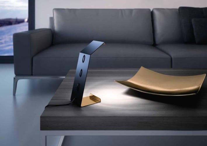 luxus Wohnzimmer einrichtung mit Ledersofa schwarz und Couchtisch Holz mit OsramTischlampe in schwarz und gold