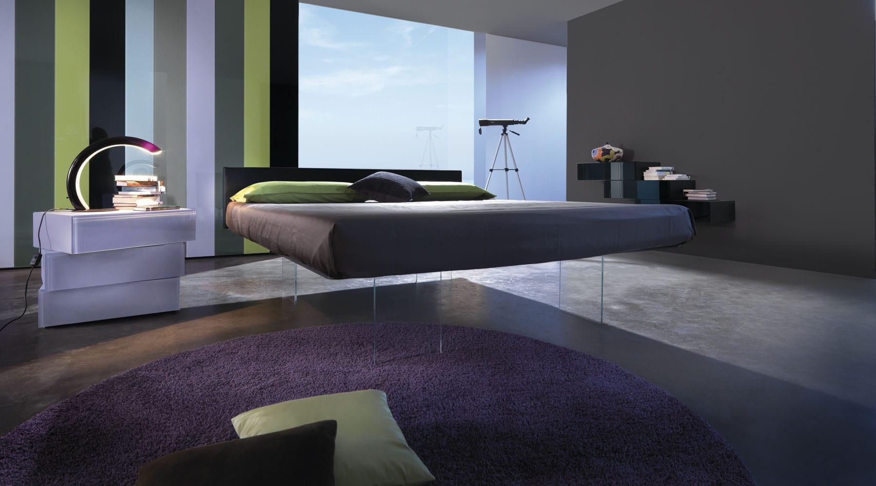 schlafzimmer idee für schlafzimmergestaltung mit wandfarbe grau und rundem teppich in lila auf einem betonbelag