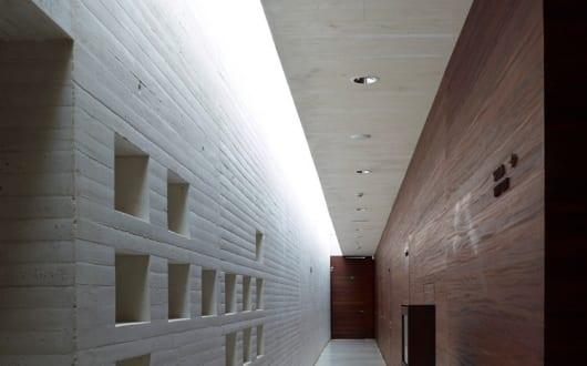 moderne flurgestaltung mit beton und holz madinat al zahra. Black Bedroom Furniture Sets. Home Design Ideas