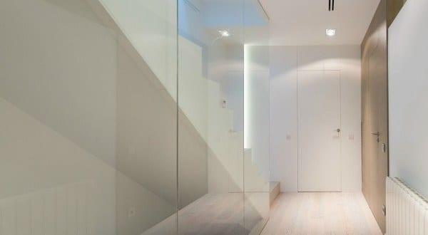 moderne flurgestaltung mit glaswand und wei es interieur cervantes house von ph5 design freshouse. Black Bedroom Furniture Sets. Home Design Ideas