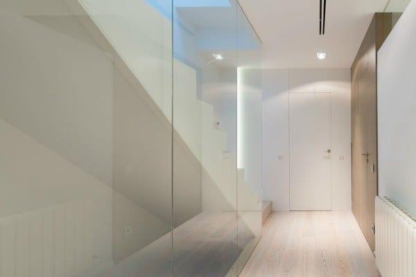 moderne raumgestaltung im flur mit weiße innentreppe und Glasscheiben