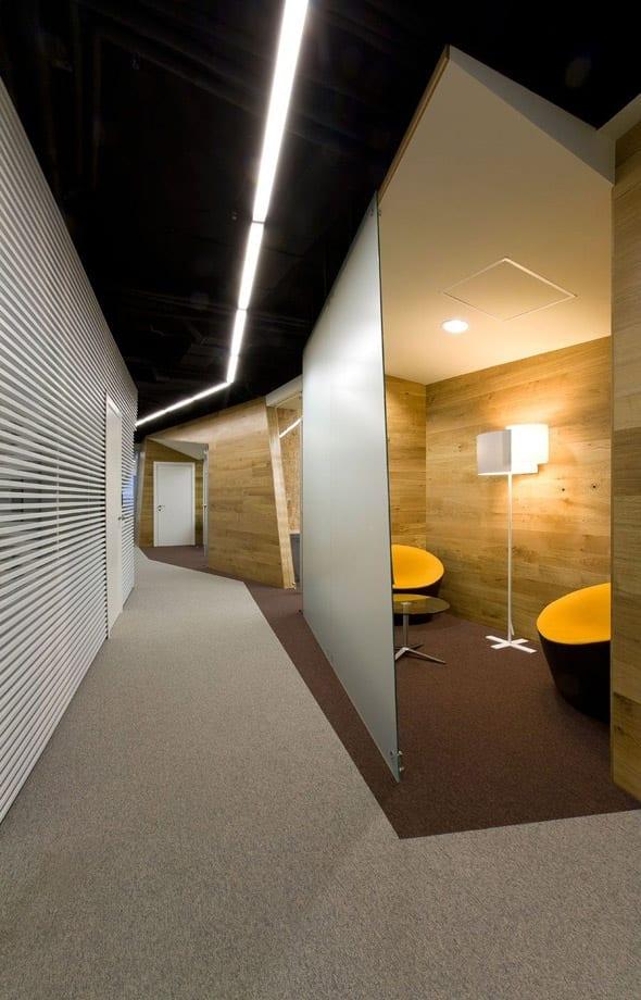 modernes Flur Interior und Büroraumgestaltung mit Glas wandpaneele und deckenbeleuchtung