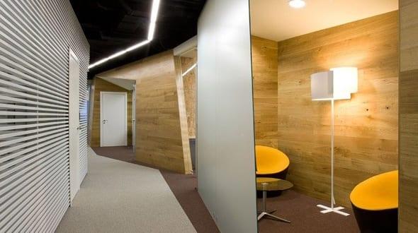 moderne flurgestaltung mit wei en wandpaneelen und holzw nden in yandex yekaterinburg office von. Black Bedroom Furniture Sets. Home Design Ideas