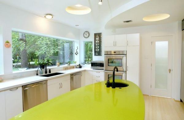 interessante küchenidee und farbgestaltung in weiß mit Ellipse-Kochinsel und coole deckenbeleuchtung