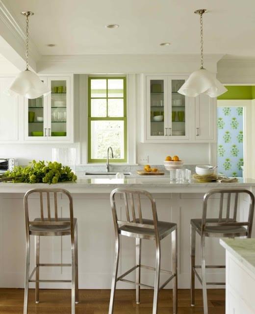 weiße küche mit bar und grüne akzente