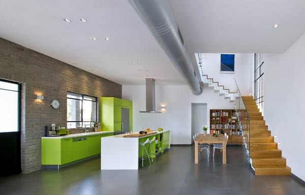 grüne küche mit kochinsel weiß als idee für moderne kücheeinrichtung mit esstisch massiv und ziegelwand