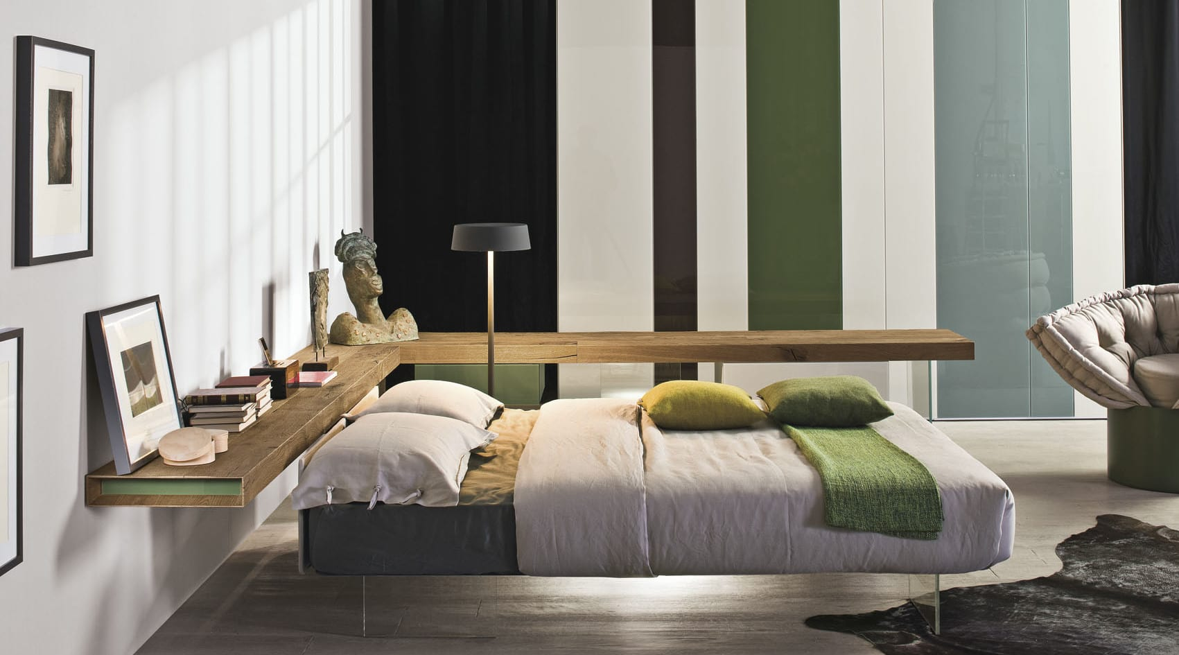 moderne schlafzimmer inspiration für schlafzimmergestaltung mit holzregal und kleiderschrank mit streifen muster in schwarz, weiß und grün