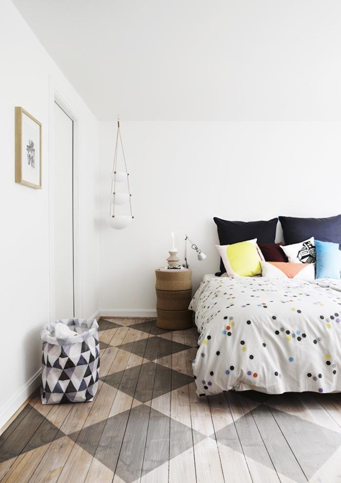 moderne schlafzimmer mit dachschräge und holzbodenbelag mit karo streichen muster in braun