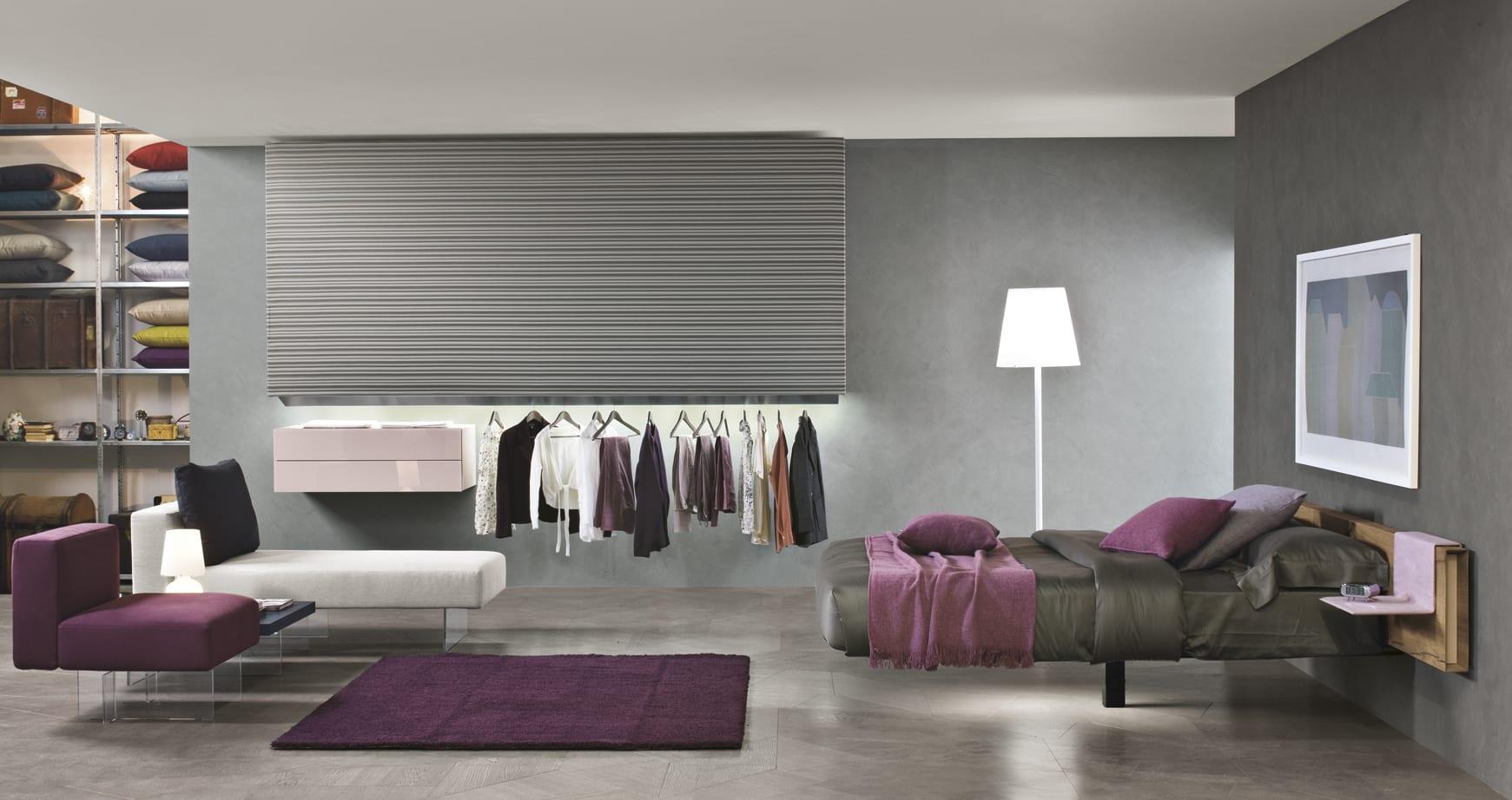 schlafzimmer grau mit wandfarbe grau und sessel mit tappich in violett