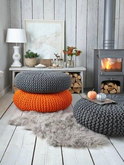 runde strick-bodenkissen in grau und orange für rustika interior mit holzwandverkleidung und holzboden in weiß