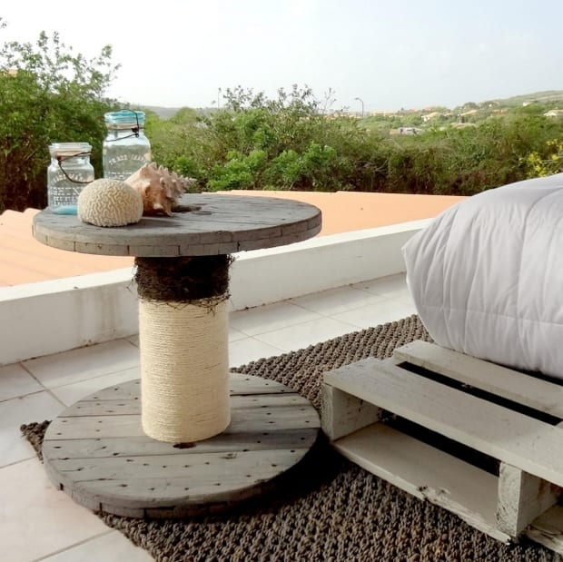 DIY beistelltisch holz mit seil und deko von meer für coole Terrassengestaltung mit teppich schwarz und Palettenmöbel weiß