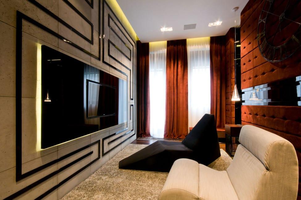 kleine luxus wohnzimmer interior mit polstersesseln und wanddeko mit textil in orange und natursteinpaltten in beige