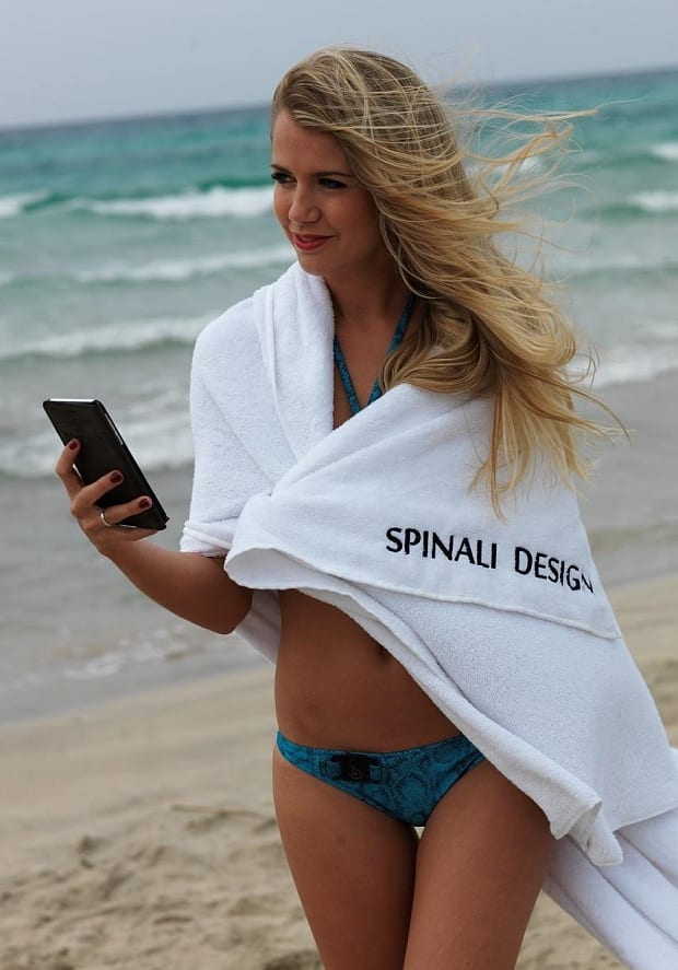 modernes badeanzug blau und weißes Strandtuch von spinali