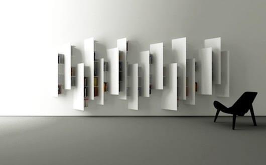 moderne wandgestaltung mit wei en hochregalen als. Black Bedroom Furniture Sets. Home Design Ideas