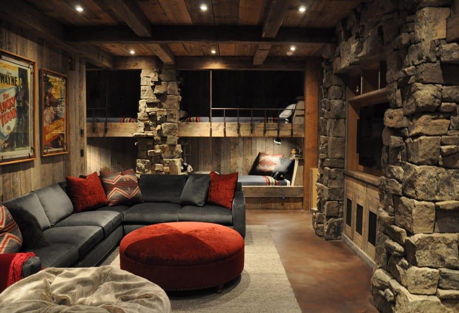 coole wohnidee für kleines wohnzimmer mit schwarzem ecksofa und natursteinwandverkleidung mit  TV Wandpanell aus holz an der wand