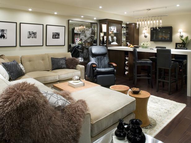 wohnidee wohnzimmer mit bar und wanddeko mit bilderrahmen über dem ecksofa beige