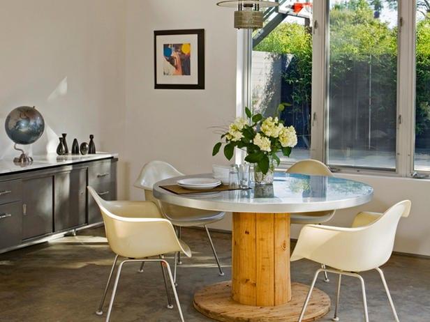 DIY Esstisch rund aus holz mit Tischplatte aus metall für moderne Küche mit Sideboard grau