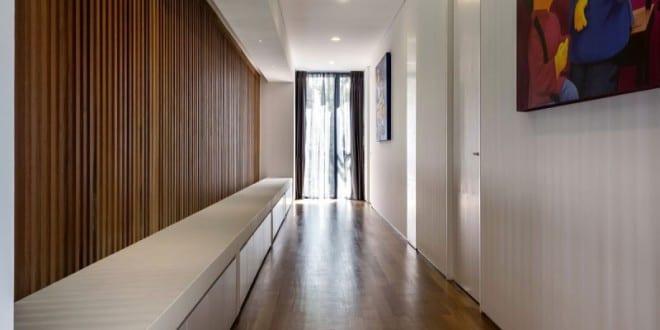 modernes interior in holz und wei als wohnidee flur residenz 6 mimosa road von park associates. Black Bedroom Furniture Sets. Home Design Ideas
