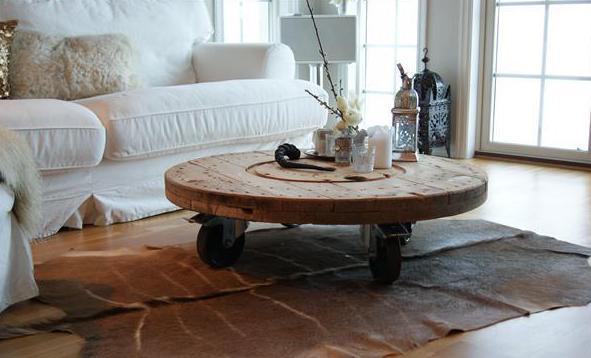 DIY couchtisch rund mit rädern für weißes interior mit sofa weiß und kuhfell teppich