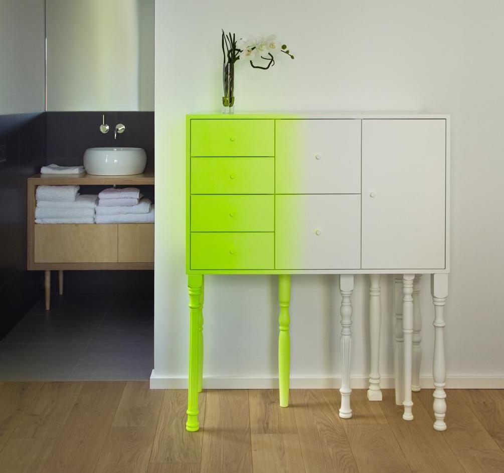 weiß sideboard modern für minimalistische einrichtung und kreative flurgestaltung in weiß und gelb