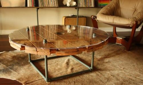 couchtisch holz aus kabelrolle selber bauen für vintage interior mit holzboden und kuhfell teppich