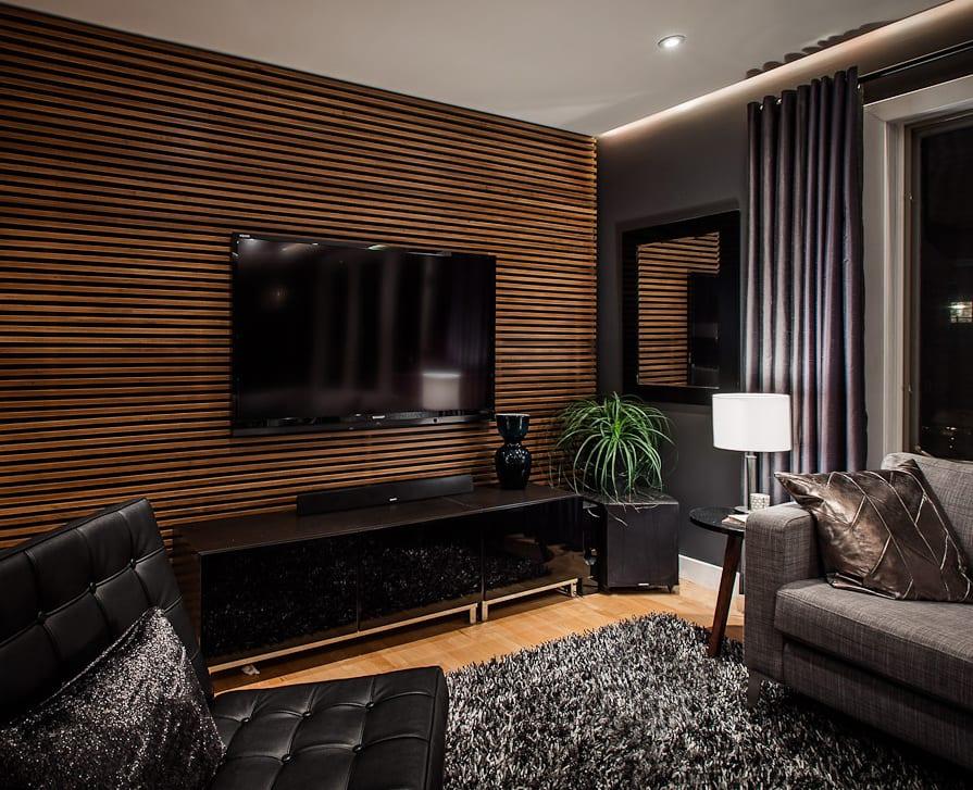 luxus interior in holz und schwarz mit sideboard schwarz und ledersessel schwarz