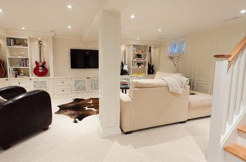 coole wohnidee für modernes wohnzimmer im Keller in weiß mit wohnwand aus Holz und TV Wandpaneel