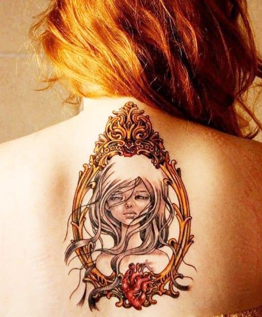frauen tattoo ideen mit weiblichen Porträt in goldenem Bilderrahmen
