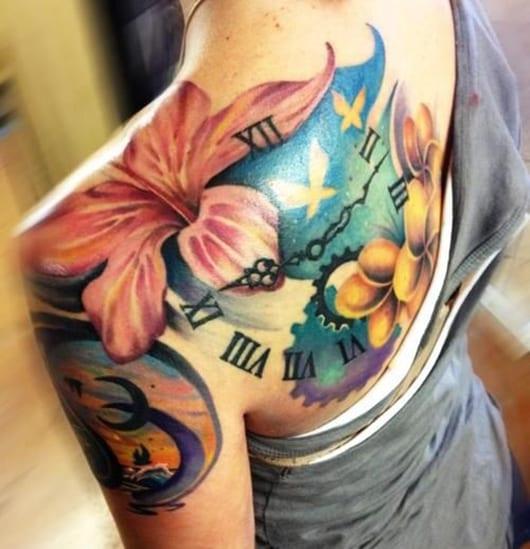 coole tattoos für frauen mit blumen und Uhr und oberarm tattoo mit mond
