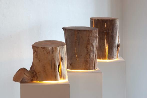 moderne holzskulpturen als kreative Tischlampen und Beisteltisch aus Holz