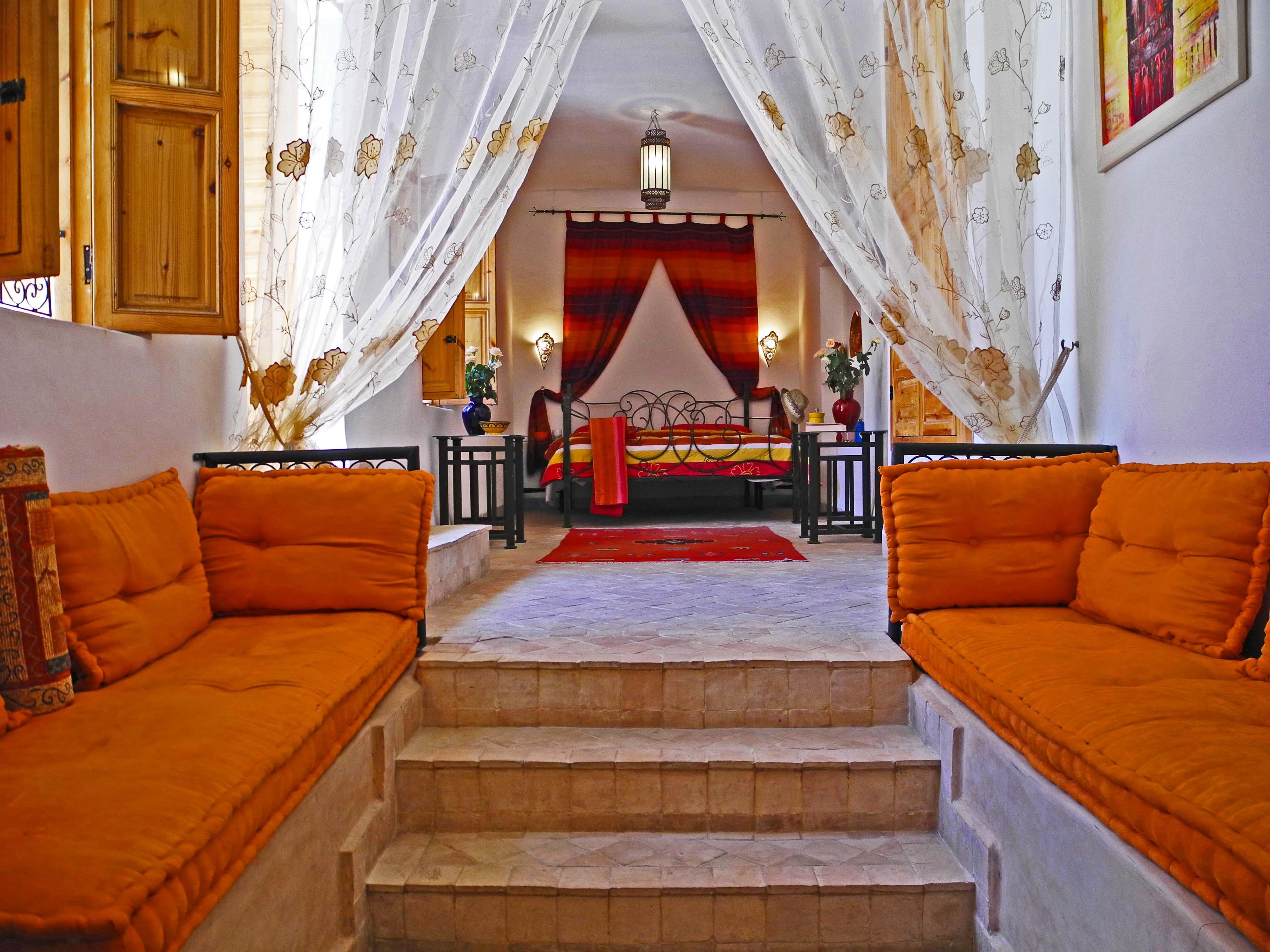 coole wohnidee trepperaum mit sitzecke und bodenkissen orange