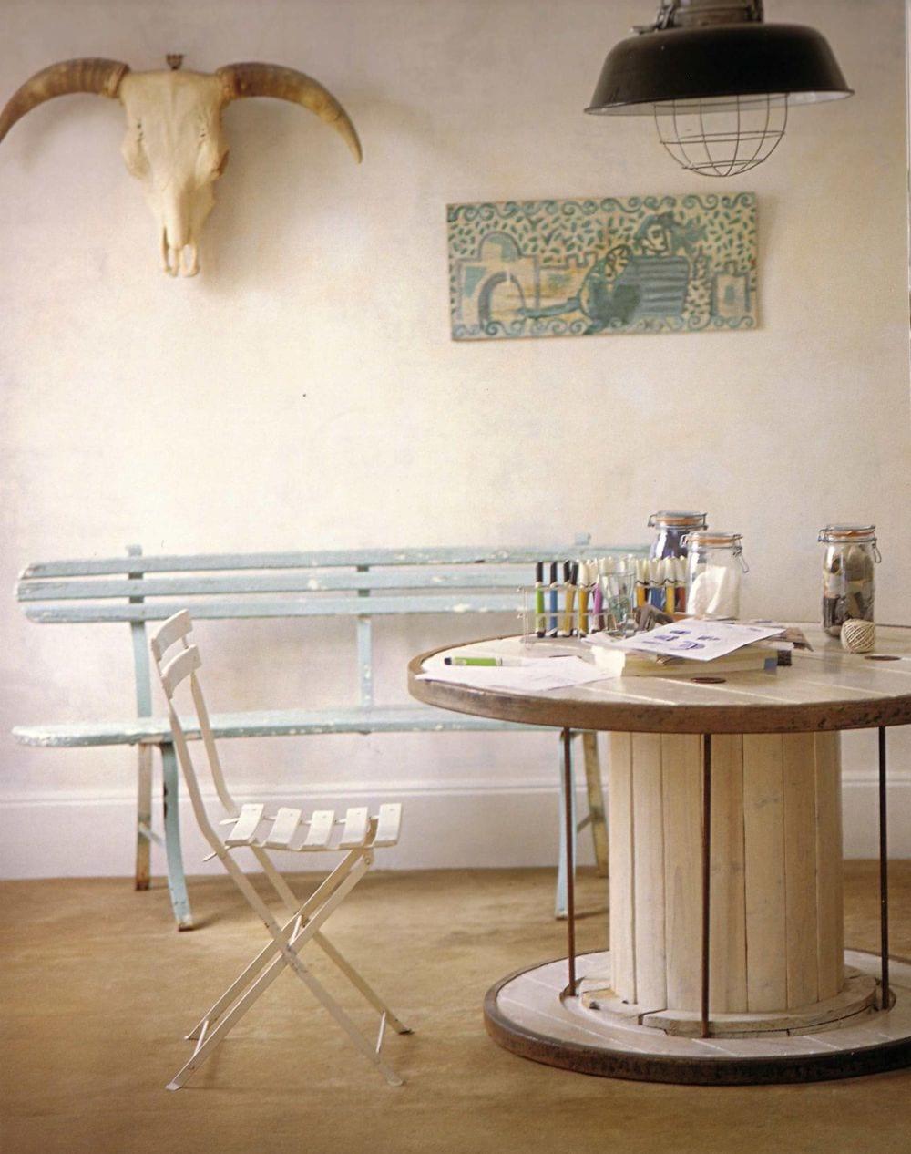vintage wohnzimmer interior mit Rundtisch massiv und Gartenbank aus holz in hellblau
