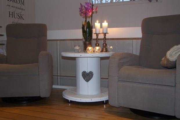 wohnzimmer einrichten mit drehrsesseln grau und diy Couchtisch holz mit kerzen dekorieret