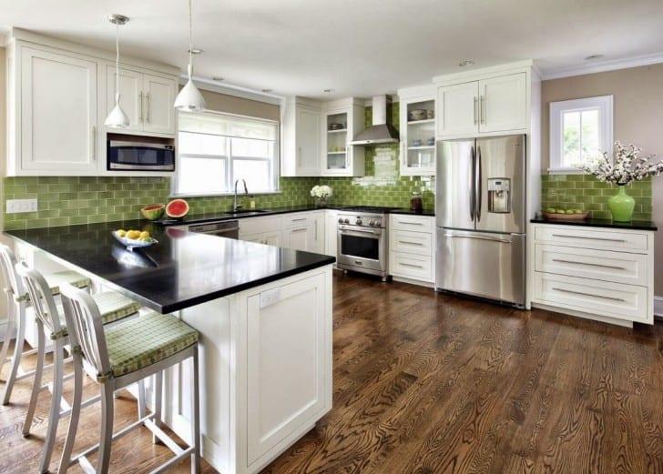 küche weiß mit bartheke schwarz und wandgestaltung mit grünen wandfliesen