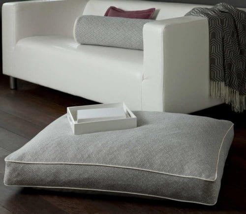 weiße bodenkissen für stylische raumgestaltung mit holzboden und ledersofa weiß