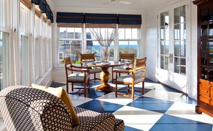 wohnesszimmer farbgestaltung und einrichtung mit rundem esstisch holz und fenster dekoration mit blauen gardinen
