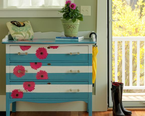 alte möbel streichen in weiß und blau mit streifenmuster und blumenmotiv